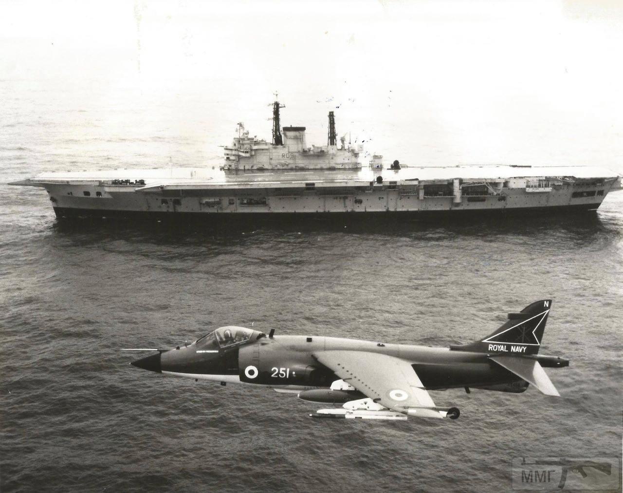 39756 - HMS Ark Royal (R09) идет в Cairnryan (Шотландия) на слом, сентябрь 1980 г. В воздухе Sea Harrier с авианосца HMS Invincible (R05)