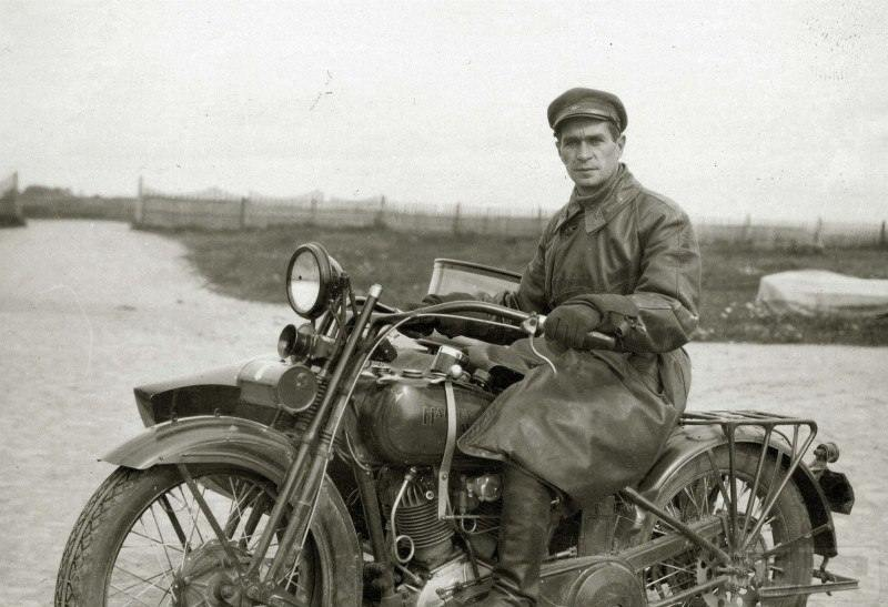 "3989 - Комбриг ВВС РККА на мотоцикле ""Harley-Davidson"", нач. 1930-х гг."