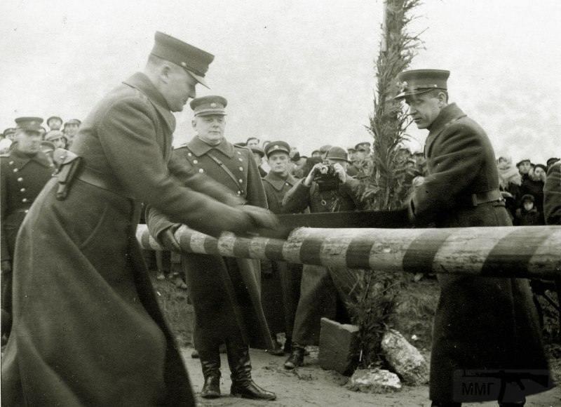 3990 - Литовские офицеры пилят польский шлагбаум на границе, осень 1939 г.