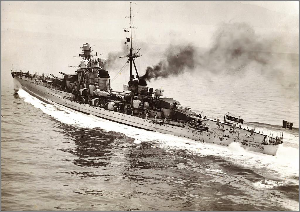 4045 - Italian heavy cruiser Fiume undergoing sea trials, Gulf of trieste, November 1931