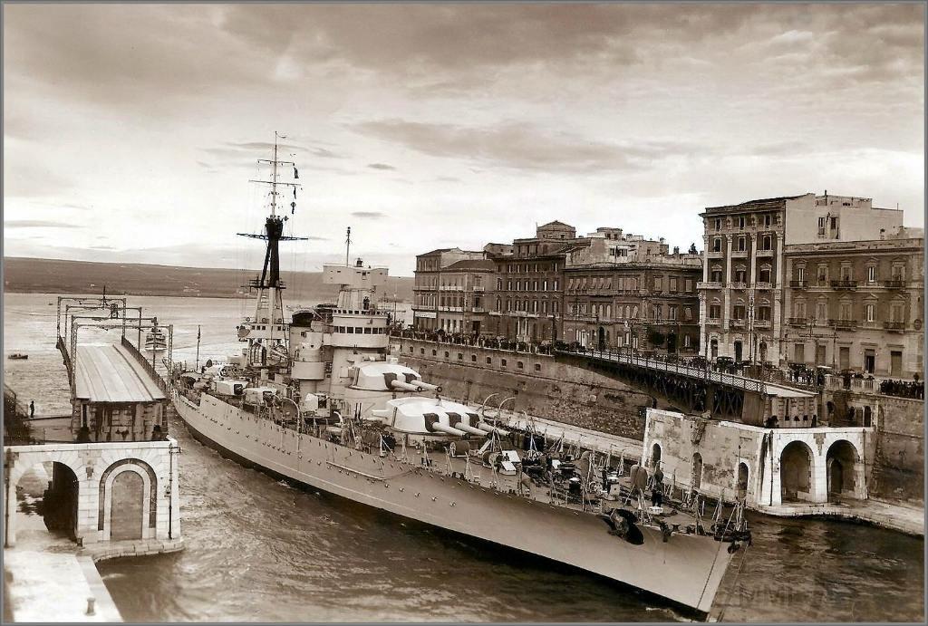 4055 - Italian battleship Giulio Cesare passing the Ponte Girevole in Taranto, 1937-1938