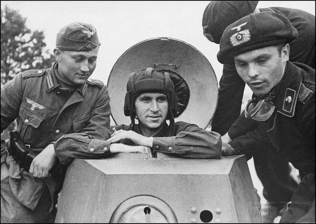 4085 - Солдаты вермахта с красноармейцем на советском бронеавтомобиле БА-20 из 29-й отдельной танковой бригады в городе Брест-Литовск. 20.09.1939 г.