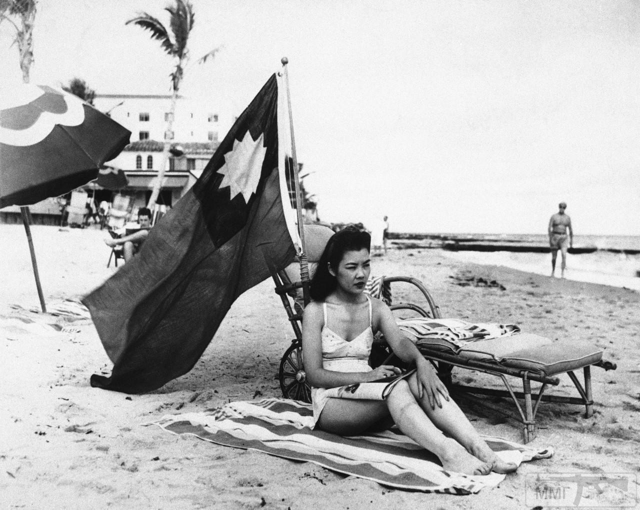 41598 - Китаянка Рут Ли установила национальный флаг из опасения, что ее примут за японку на отдыхе в Майами. 15 декабря 1941 года.