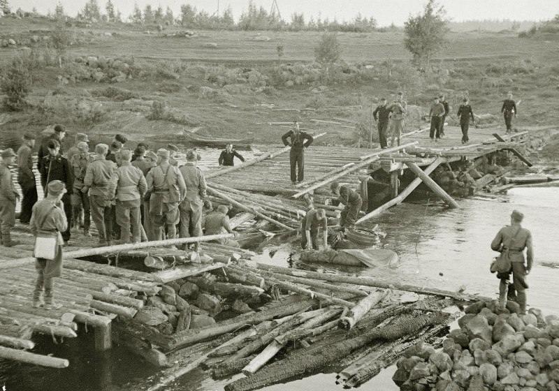 4261 - Финны и немцы у провалившегося в реку танка