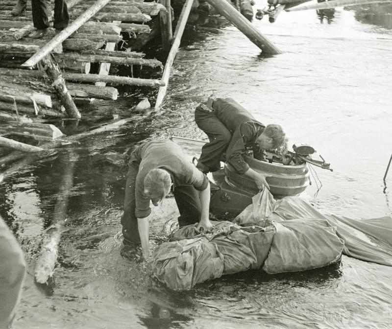 4263 - Финны и немцы у провалившегося в реку танка