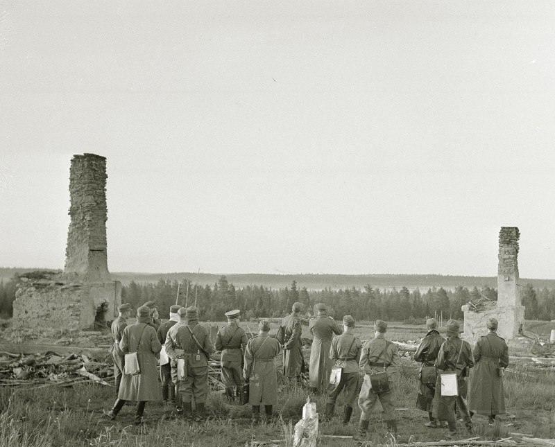 4268 - Офицеры вермахта и финской армии на рекогносцировке у финско-советской границы в р-не д. Раате, 01.07.1941 г.