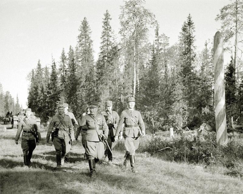 4269 - Торжественное, под камеры репортёров, пересечение линии границы СССР, 01.07.1941 г.