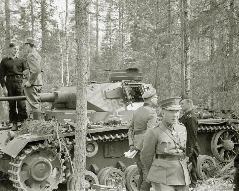 4270 - Генерал-майор финской армии Ялмар Сииласвуо во время посещения расположения танковой части вермахта в лесу у советско-финской границы, 27.06.1941 г.