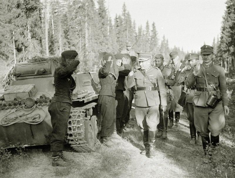 4271 - Он же с офицерами своего штаба приветствует немецких танкистов утром в день начала вторжения, 01.07.1941 г.
