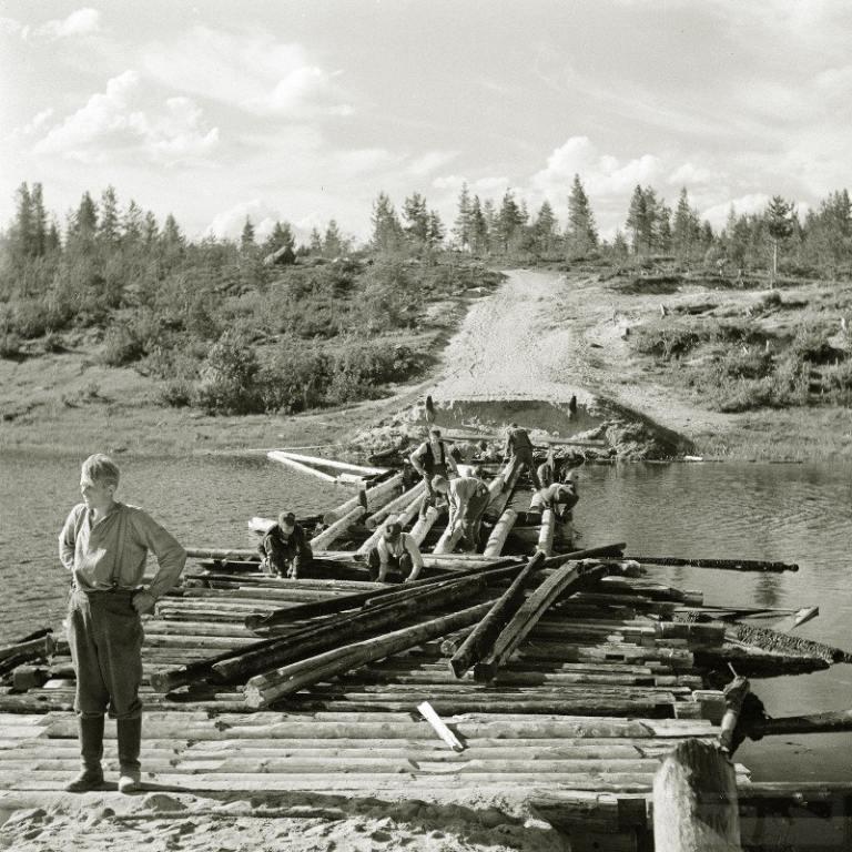 4275 - Сапёры востанавливают очередной уничтоженный мост. Этот вроде сожжён