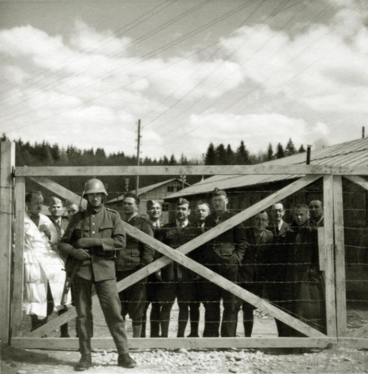 4284 - У ворот лагеря с интернированными польскими солдатами, Швейцария 1940 г.