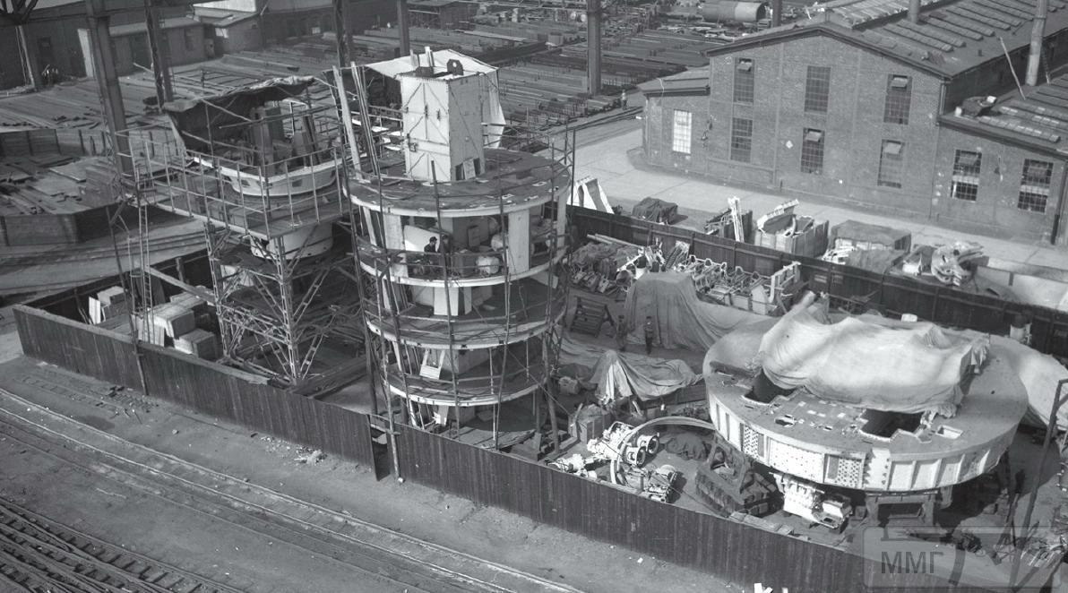 42926 - Детали башен среднего и главного калибров и орудийный ствол строящегося линкора Bismarck на территории верфи Blohm & Voss, Гамбург, 1939 г.
