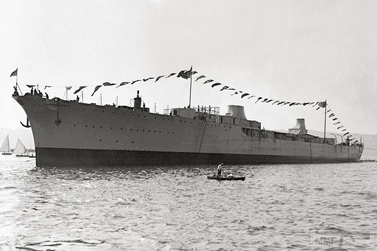 """42944 - Легкий крейсер Muzio Attendolo после спуска на воду на верфи """"Кантьери Риунити делль'Адриатико"""" (CRDA) в Триесте, 9 сентября 1934 г."""