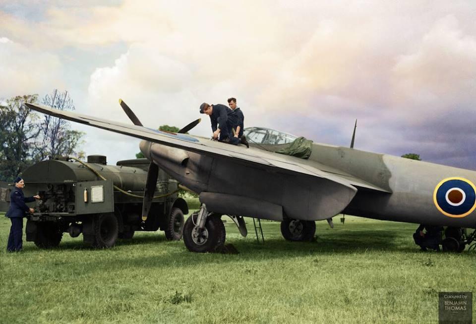 4411 - Дозаправка самолёта De Havilland Mosquito 157-го авиаотряда ВВС Великобриании. 2МВ. Хартфордшир. Англия. 1943 г.