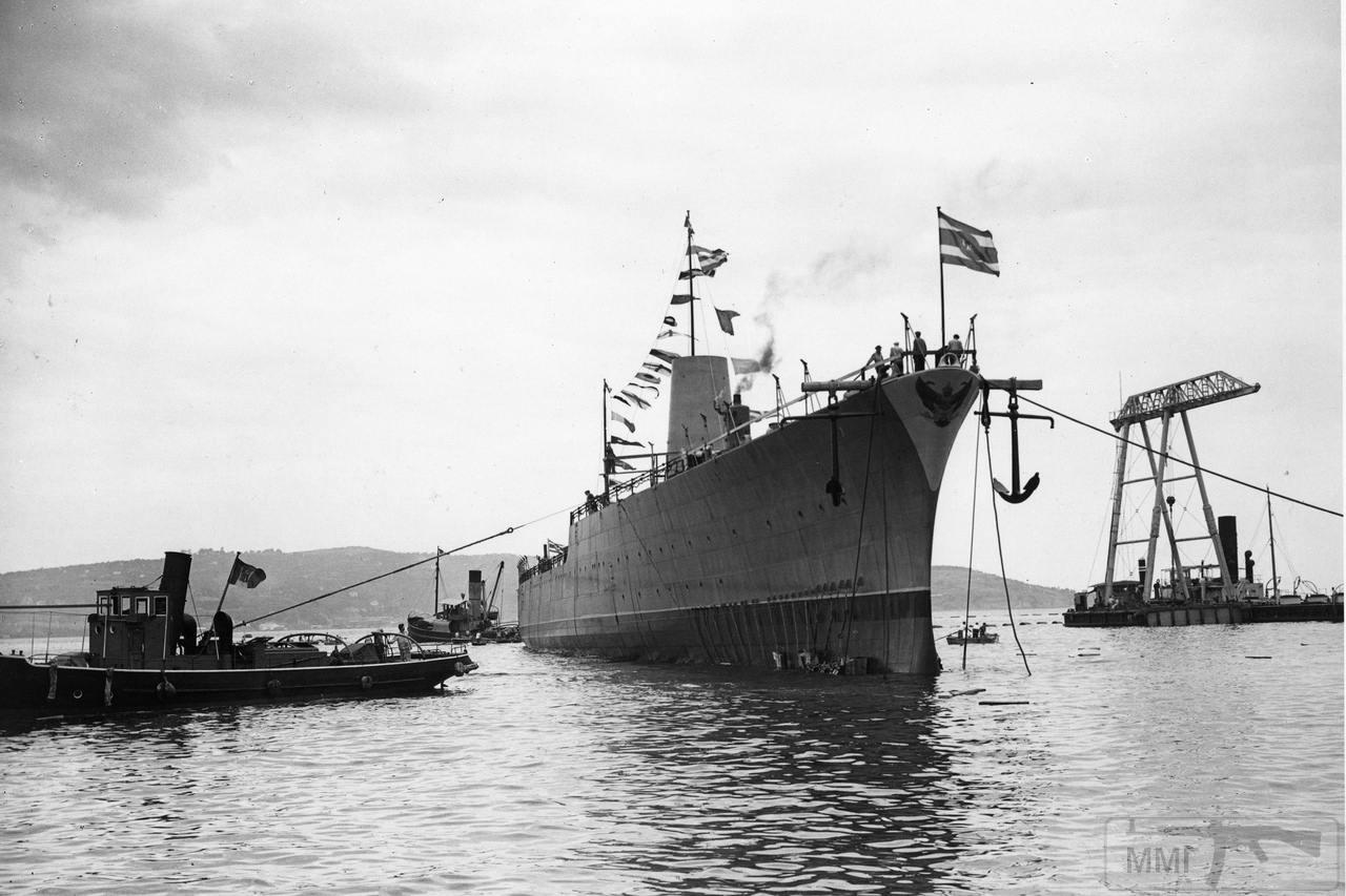 44404 - Легкий (малый) крейсер Naresuan Сиамских ВМС, ставший впоследствии Vesuvio, после спуска на воду 6 августа 1941 г.