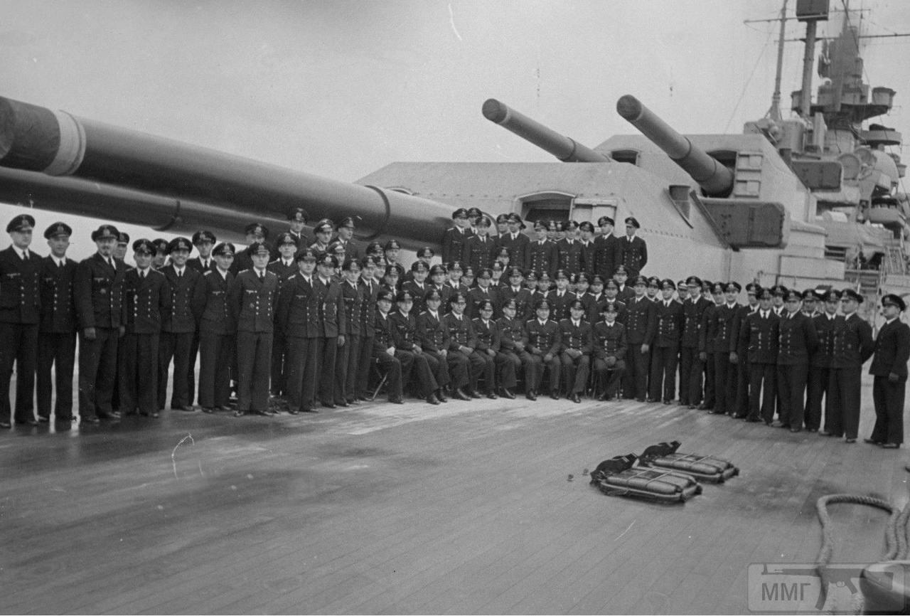 44491 - Офицеры линкора Tirpitz у кормовых башен главного калибра.