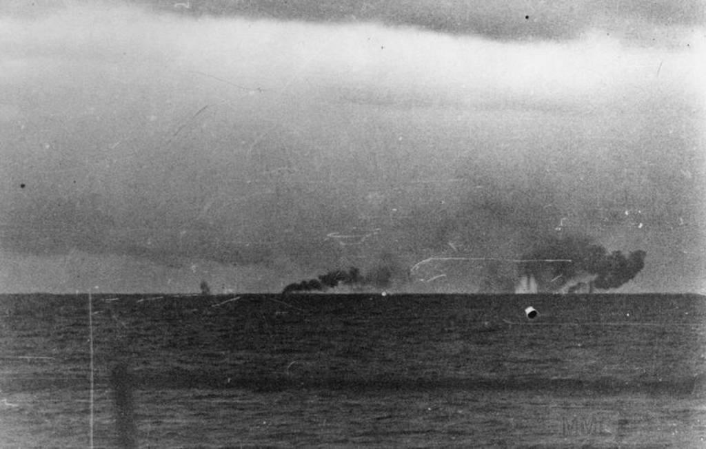 4482 - Еще одна фотография, сделанная с борта Prinz Evgen сразу после взрыва HMS Hood. Видны всплески падений снарядов линкоров Prince of Wales (слева) и Bismark (справа), а также дым крейсера HMS Norfolk (в центре)