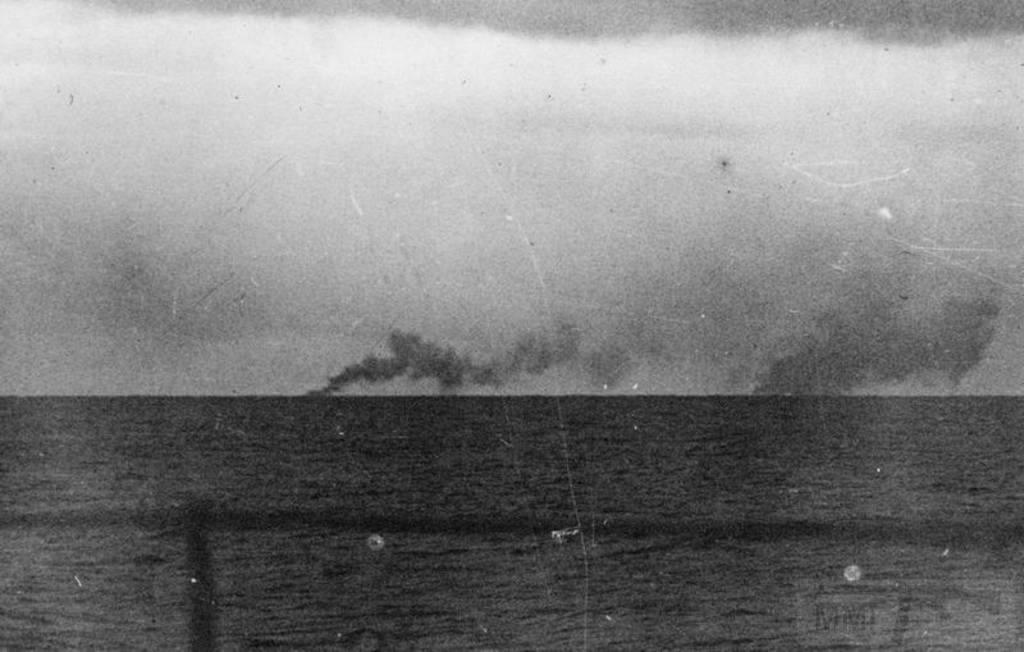 4483 - Третий снимок с борта Prinz Evgen. Дым слева - HMS Norfolk, справа - над местом гибели HMS Hood