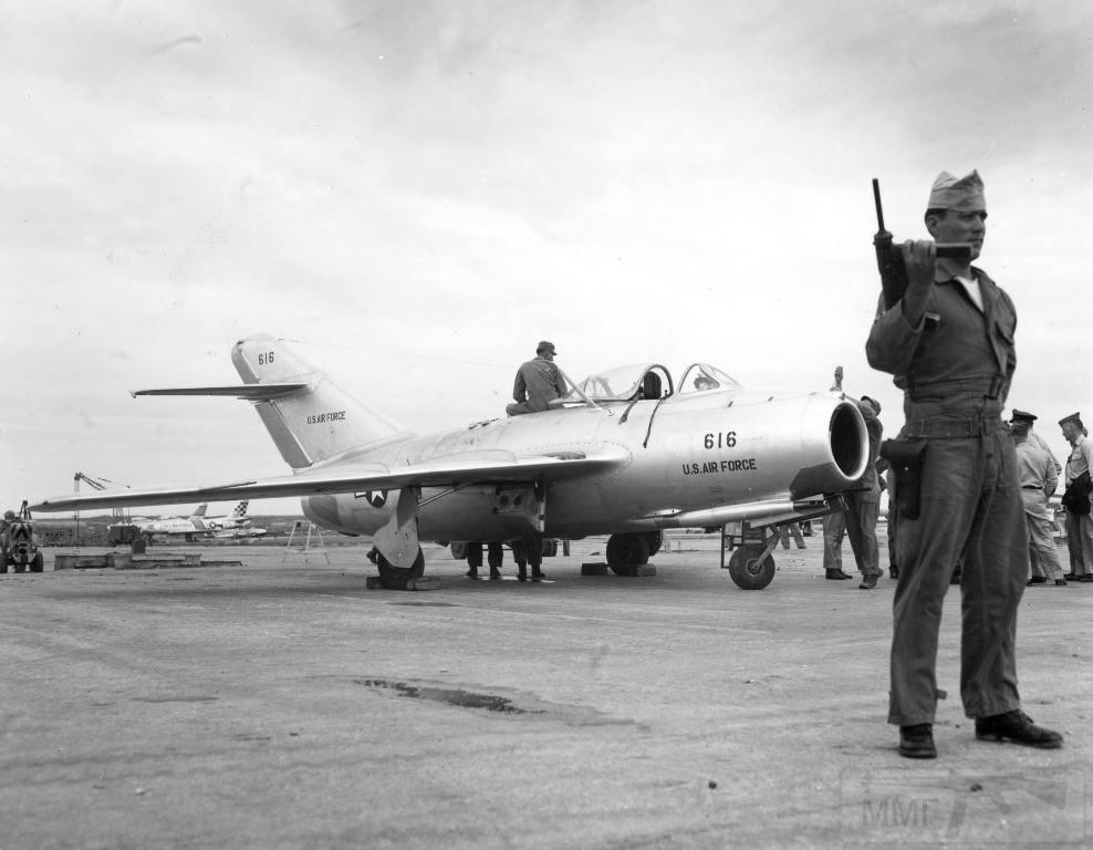4598 - Угнанный из Северной Кореи МиГ-15 Бис, под охраной в ожидании летных испытаний на Окинаве, 1953 г.