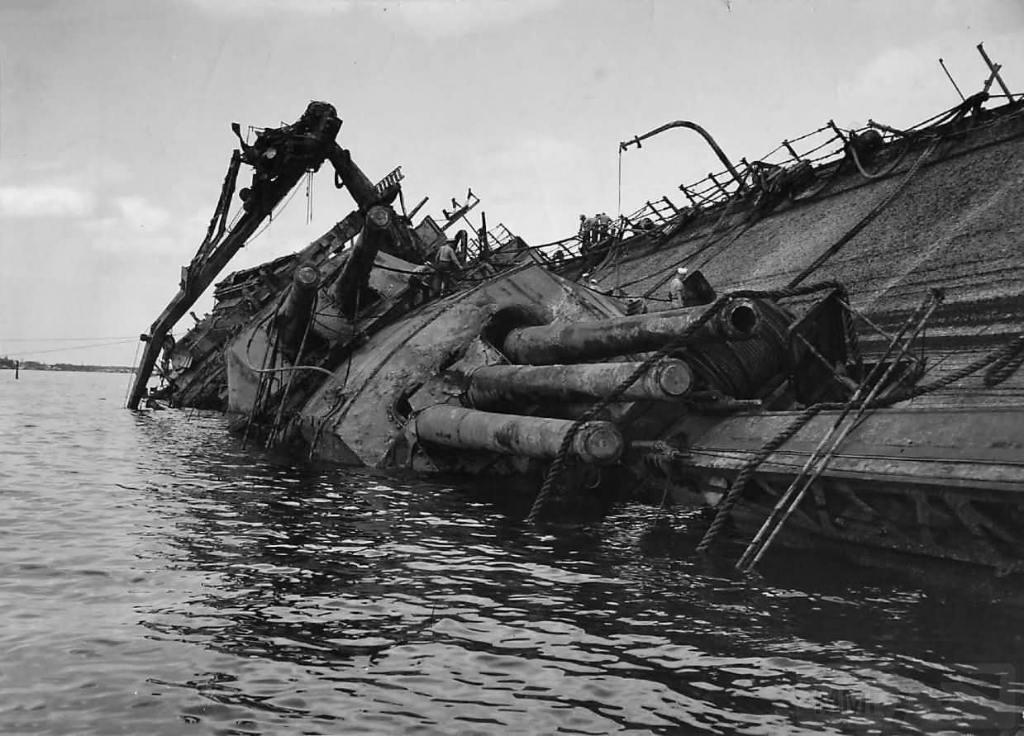 4617 - Поднятие линкора USS Oklahoma (BB-37) в 1943 году