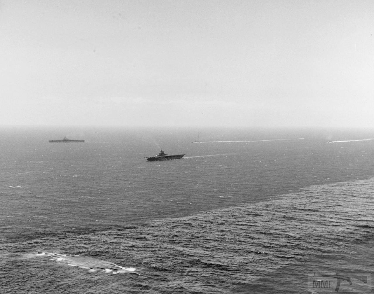 49456 - USS Princeton (CV-37) и USS Boxer (CV-21) во время учений у Гавайев, 8 июля 1948 г.