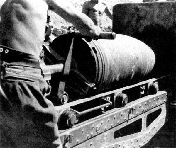4963 - Мортира «Карл» калибр 600 мм. Зарядка  снаряда в ствол