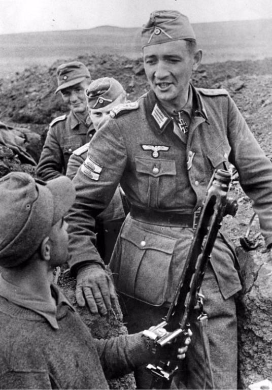 5034 - Командир 3-й роты 97-го гренадерского полка 46-й пехотной дивизии вермахта гауптман резерва Гельмут Отт (5.12.1915 — 24.04.1945) разговаривает с солдатом на позиции в районе Ясс. июнь 1944