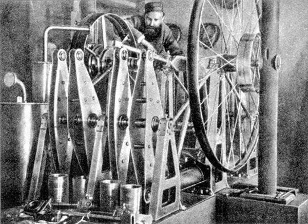 5241 - Огнеслав (Игнатий) Костович с двигателем своего изобретения.