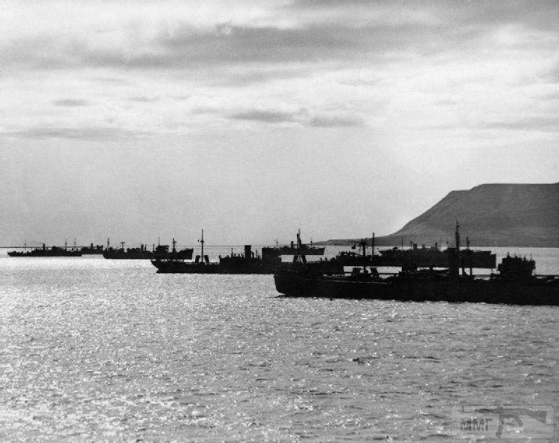 """52418 - конвой в Хваль-фьорде Исландия на фото кроме транспортов  авианосец """"Викториуз"""""""