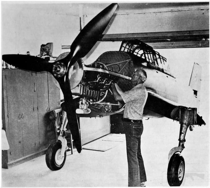 5293 - Лангхёрст у корпуса реплики пикирующего бомбардировщика. На снимке хорошо видны стойки шасси, крепление 220-сильного двигателя Lycoming и центроплан крыла с хорошо заметным отрицательным поперечным V