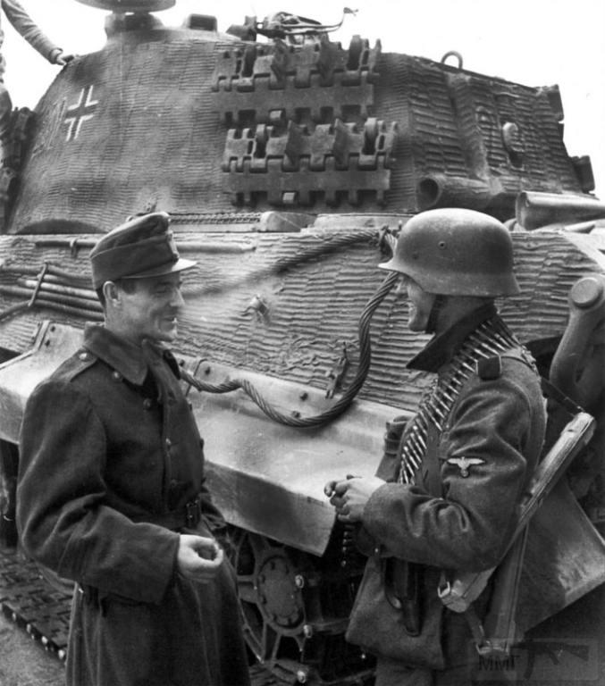 5505 - Венгерский и немецкий солдат в Будапеште на фоне танка Королевский Тигр, осень 1944 года.