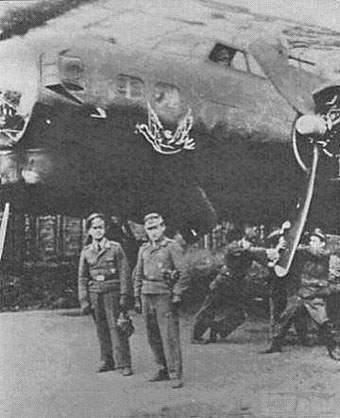 6853 - Снимки были сделаны в Хильденсхайме (Hildesheim) в 1945 году. Два немецких офицера, позирующие на фоне самолёта, это Oberfeldwebel Rauchfuss и его радист Feldwebel Monkemeyer.