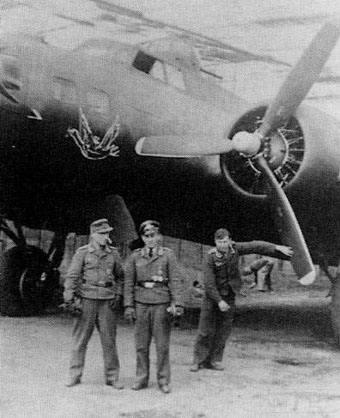 6854 - Снимки были сделаны в Хильденсхайме (Hildesheim) в 1945 году. Два немецких офицера, позирующие на фоне самолёта, это Oberfeldwebel Rauchfuss и его радист Feldwebel Monkemeyer.
