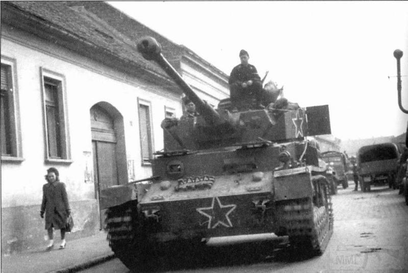 6898 - Части 1-й Болгарской армии на захваченном PzKpfw IV, Венгрия