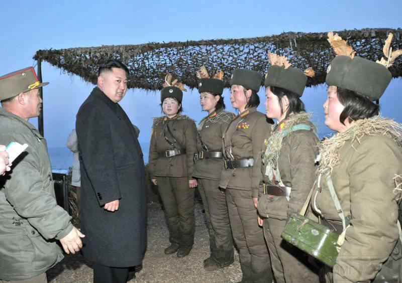6951 - Ким Чен Ын разговаривает с женщинами-солдатами, которые принимают участие в анти-десантных учениях, 25 марта 2013