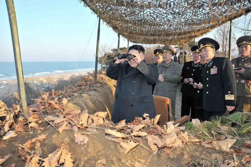 6953 - Северокорейский лидер Ким Чен Ын следит за анти-десантными учениями на восточной прибрежной зоне, 25 марта 2013.