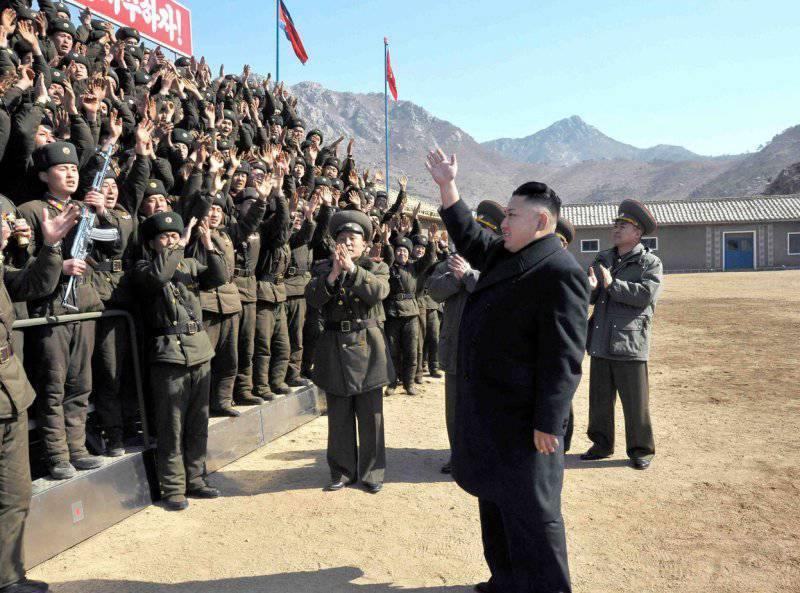 6954 - Ким Чен Ын приветствует военнослужащих на подразделении дальнобойной артиллерии объекта 641 во время визита во фронтовые воинские части возле пограничного острова Пэннендо. Ким призвал фронтовые войска находиться в состоянии максимальной боевой готовности.