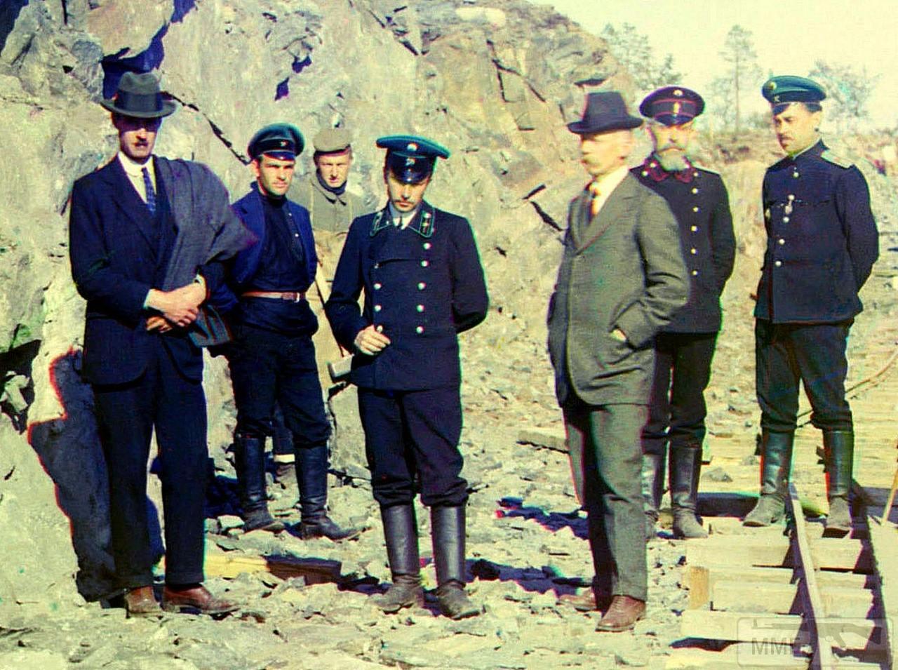 71654 - Группа гражданских инженеров, представителей МПС и военного ведомства на узкоколейке, ведущей к Кемь-пристани. На заднем плане немецкий военнопленный.