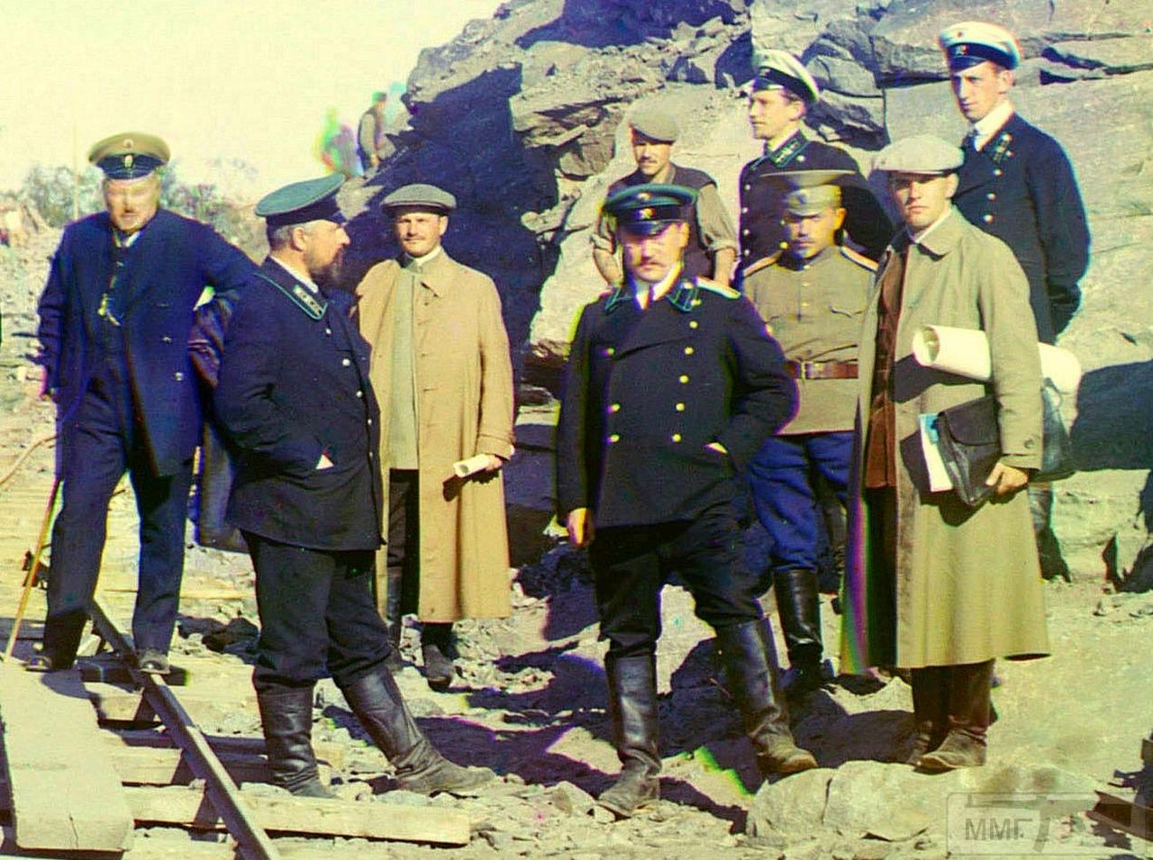 71656 - Группа гражданских инженеров, представителей МПС и военного ведомства на узкоколейке, ведущей к Кемь-пристани. На заднем плане немецкий военнопленный.