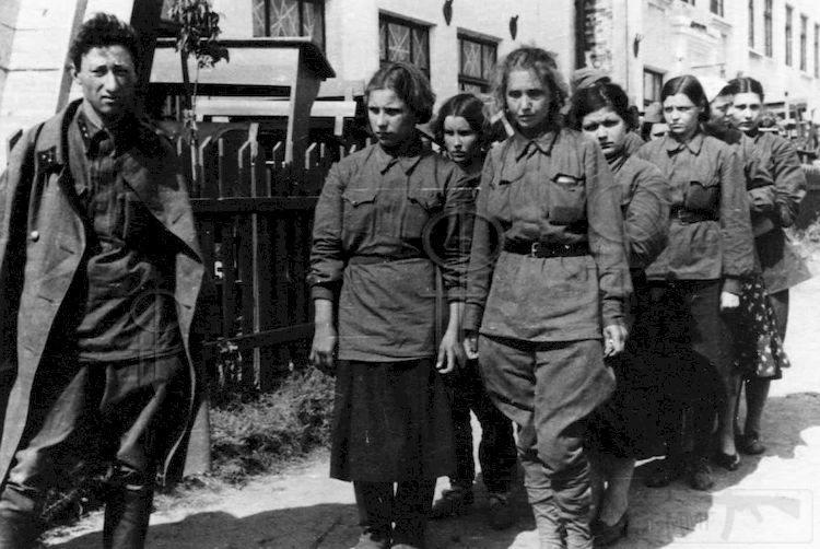7197 - Женщины в плену.