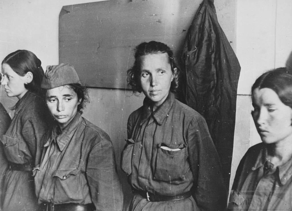 7207 - Женщины в плену.