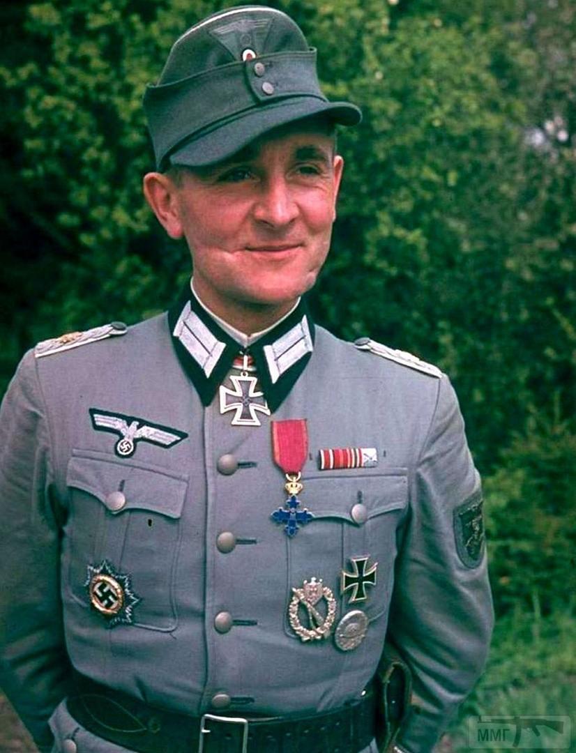 87248 - Майор Вильгельм Шёнинг имеет немецкий крест в золоте за храбрость на поле боя. Нагрудный штурмовой пехотный знак в серебре за участие в трёх и более штурмовых операциях и рукопашных схватках. Нагрудный знак «За ранение» в серебре за три или четыре ранения. Также майор является кавалером румынского ордена Михаила Храброго. На левом рукаве выше локтя Шёнинг носит «Крымский щит» за участие в боях за Крымский полуостров и взятие Севастополя. На лице заметны шрамы, полученные в юности при мензурном фехтовании.
