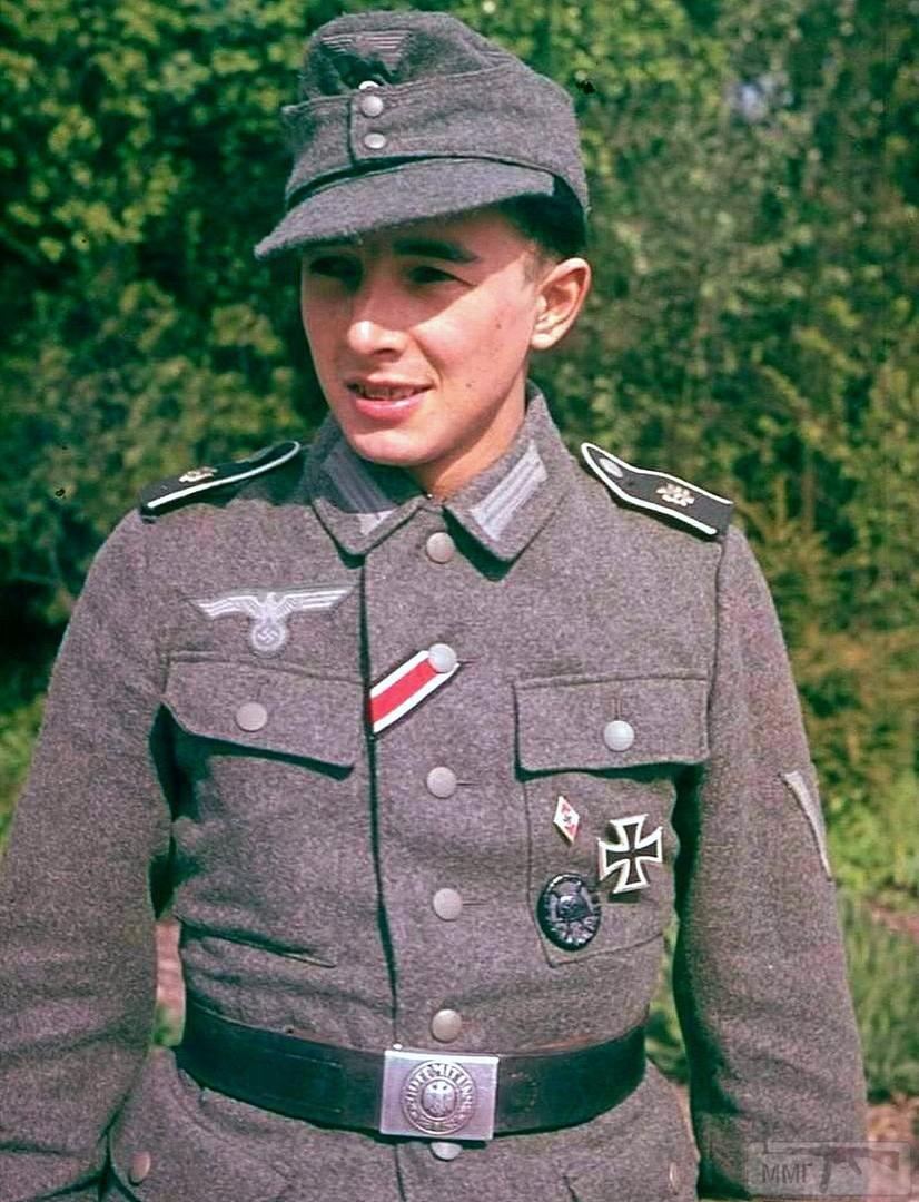 87249 - Ефрейтор носит ленту Железного Креста 2-го класса в пуговичной петле кителя, черный нагрудный знак за одно или два ранения и членский знак Гитлерюгенд.
