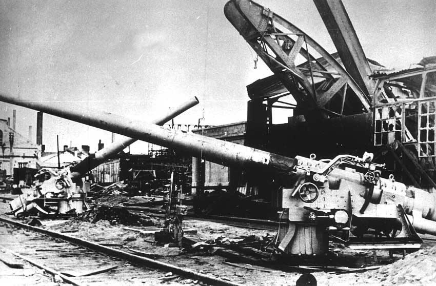 8935 - Николаев, Черноморский судостроительный завод, сентябрь 1941 года. Брошенные 130-мм орудия обр.1914г. после оставления города.