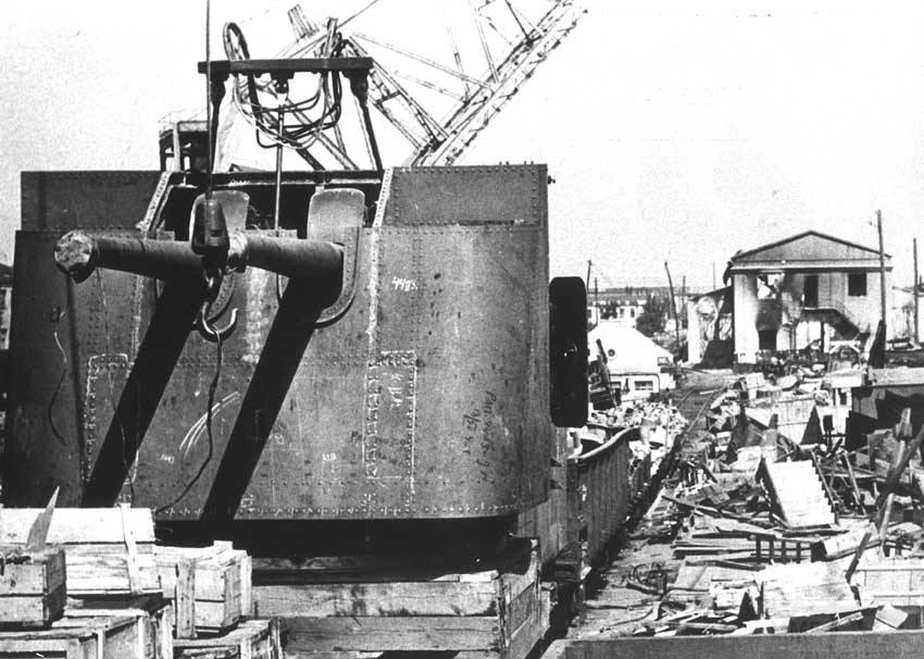 8936 - Николаев, Черноморский судостроительный завод, сентябрь 1941 года. Брошенная  130-мм башенная установка для строящихся эсминцев пр.30 после оставления города.