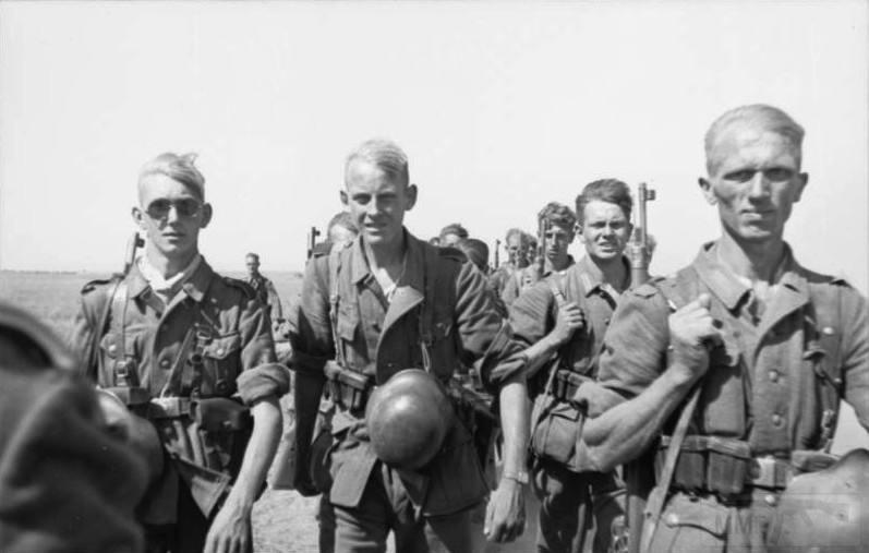 Bundesarchiv_Bild_101I-217-0465-32A,_Russland,_Soldaten_auf_dem_Marsch.jpeg
